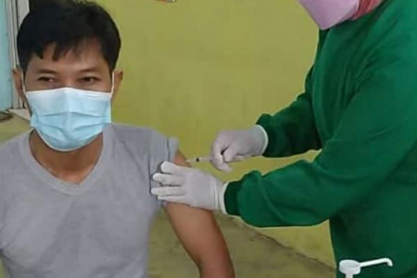 Ahmad Nur Kepala Desa Kebon Cau Beserta Aparatur Desa Ikuti Penyuntikan Vaksinasi Covid-19
